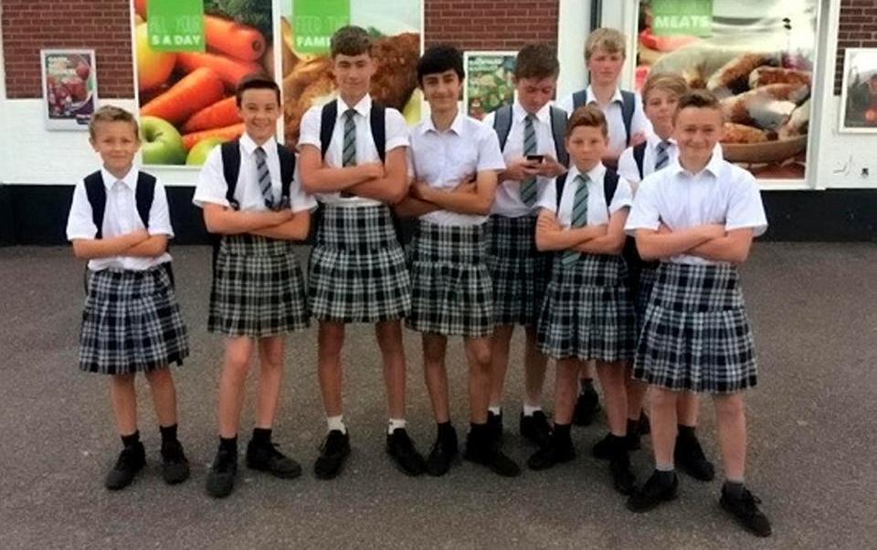 Algunos de los chicos que fueron a la escuela usando faldas