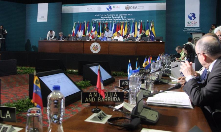 """En la Asamblea de la OEA discuten las delegaciones antes del panel """"Estado de Derecho y Democracia"""" (Twitter: @OEA_oficial)"""