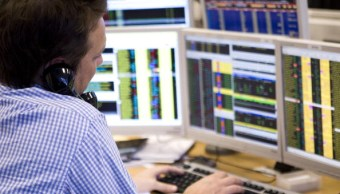 Operador de la Bolsa de Londres realiza negociación telefónica