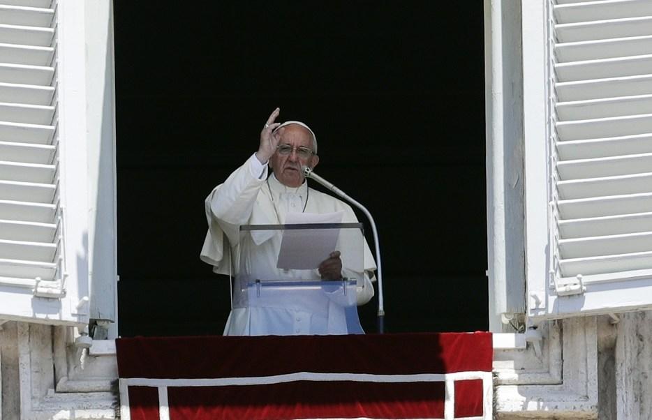 El papa Francisco dirige la oración dominical del Angelus en la Plaza de San Pedro en el Vaticano (Reuters)