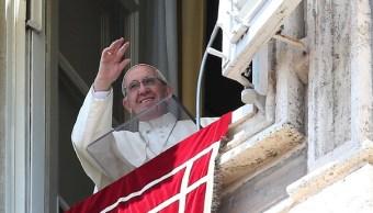 El papa Francisco durante la oración dominical del Angelus en la plaza de San Pedro en el Vaticano (Reuters)