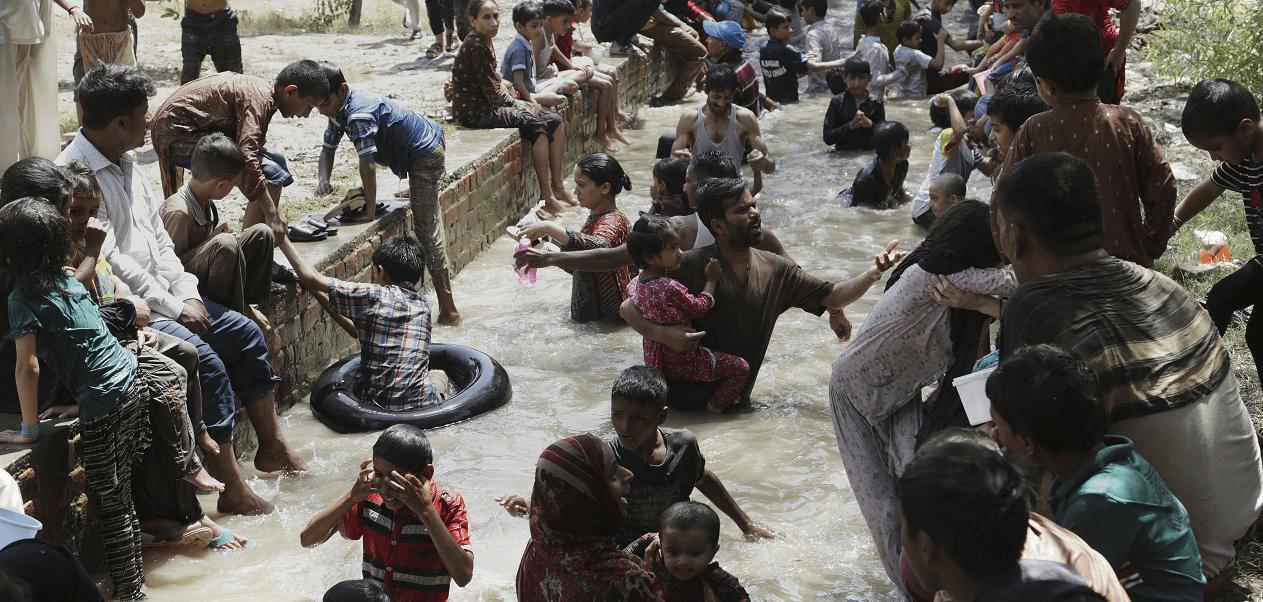 Paquistaníes se refrescan en Lahore ante la ola de calor