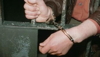 Una persona es esposada y encarcelada por cometer un delito