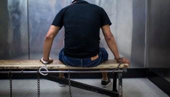 Presunto delincuente es esposado en una prision