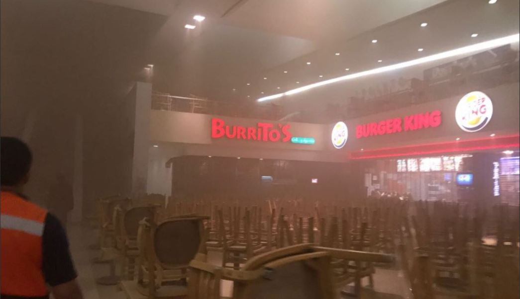 Bomberos controlan incendio en plaza satelite