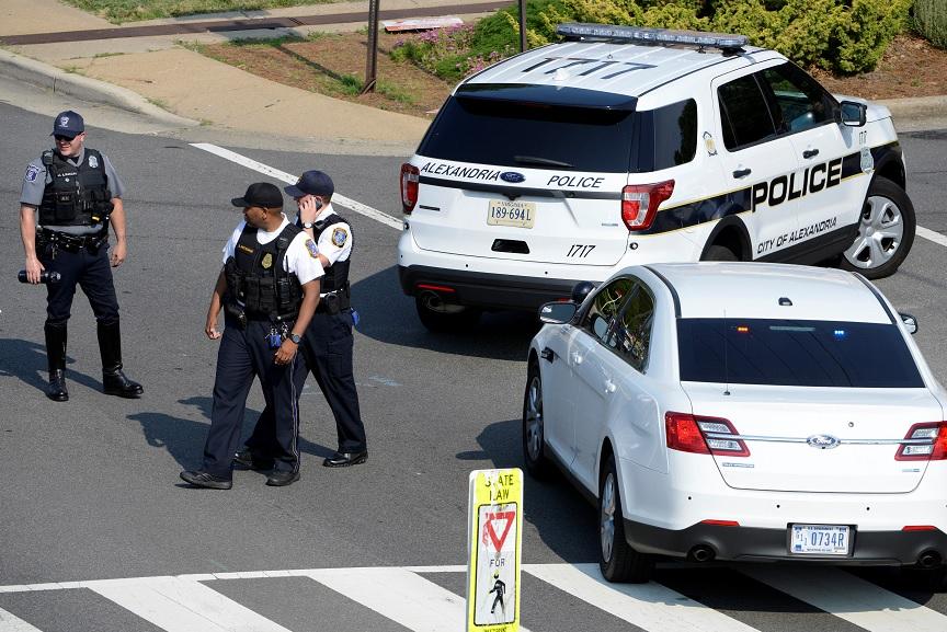 La policía asegura una intersección cerca de la escena donde fue herido el congresista Steve Scalise (Reuters)