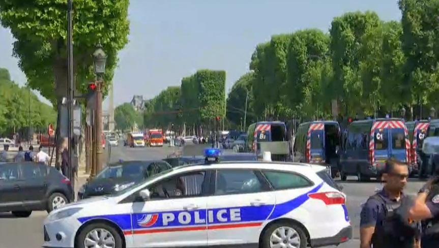 Vehículo embiste furgón policial en Campos Elíseos de París