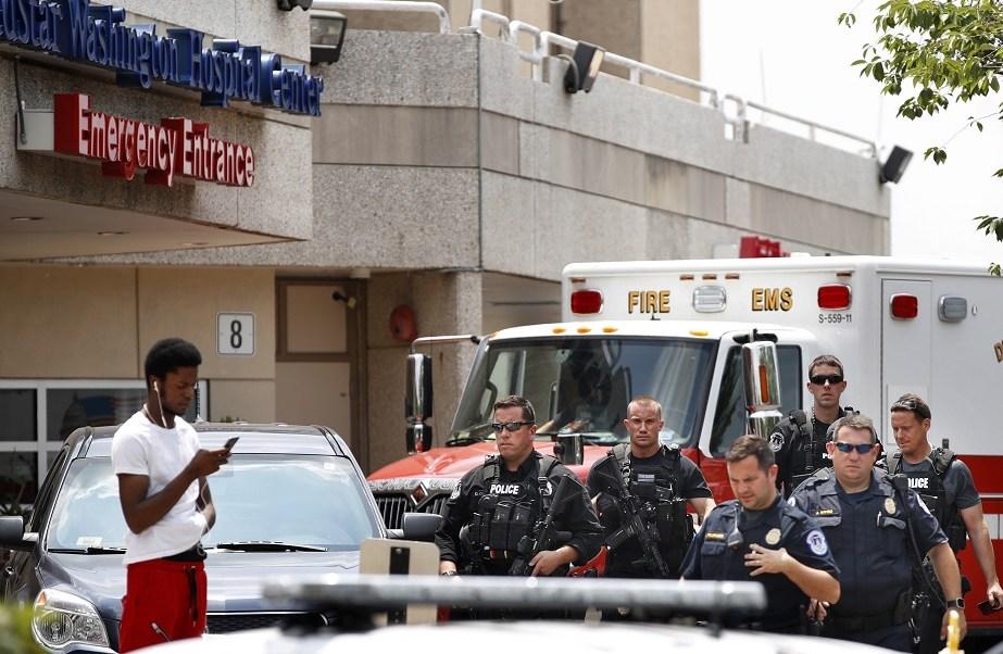 Policías en la entrada de emergencias del MedStar Washington Hospital Center (AP)