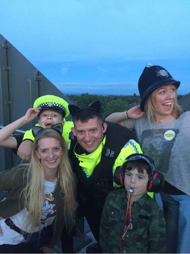 Policias y niños disfrutan de concierto