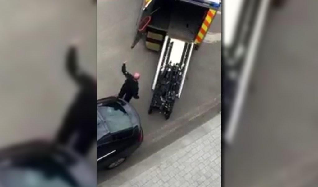 Policias realizan una explosion controlada