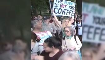 Personas protestan por salida del acuerdo de paris