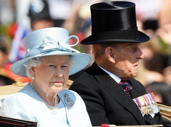La reina Isabel II de Gran Bretaña acompañada por el duque de Edimburgo (Reuters)