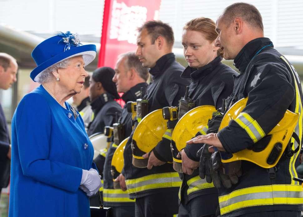 Reina Isabel II se reúne con bomberos