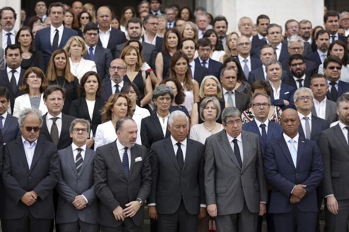 Miembros del gobierno de Portugal rinden un minuto de silencio en memoria de las víctimas del incendio forestal (AP)