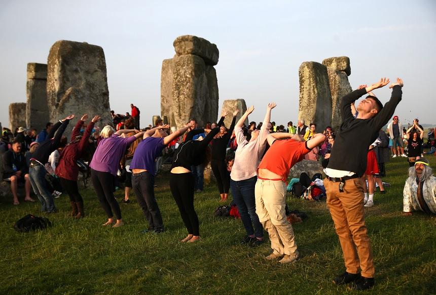 Personas se congregaron en Stonehenge, al suroeste de Inglaterra (Reuters)
