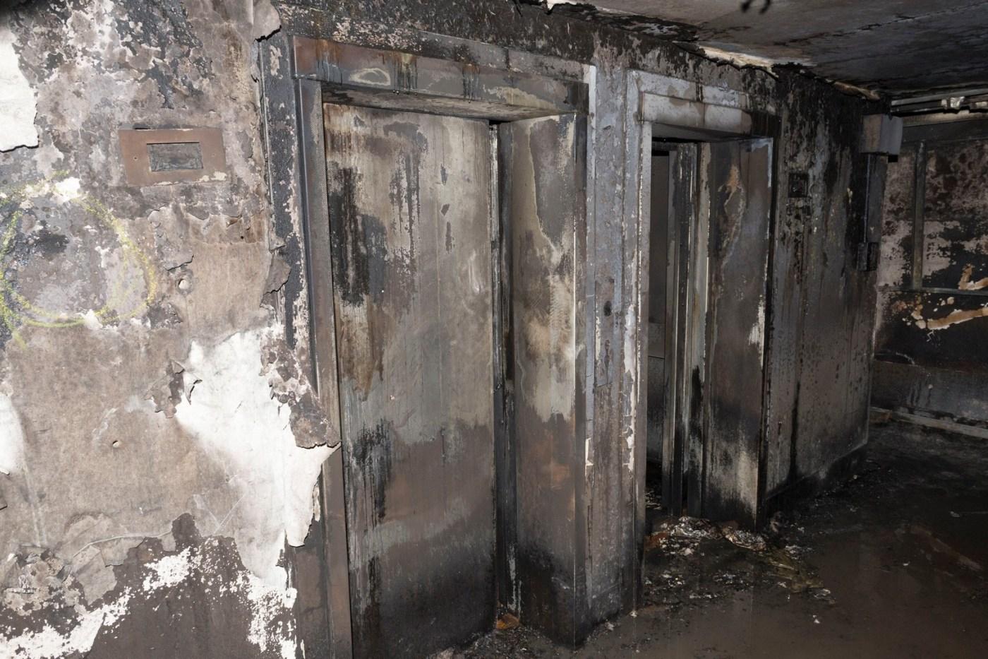 Vista de un pasillo de los departamentos incendiados en Londres