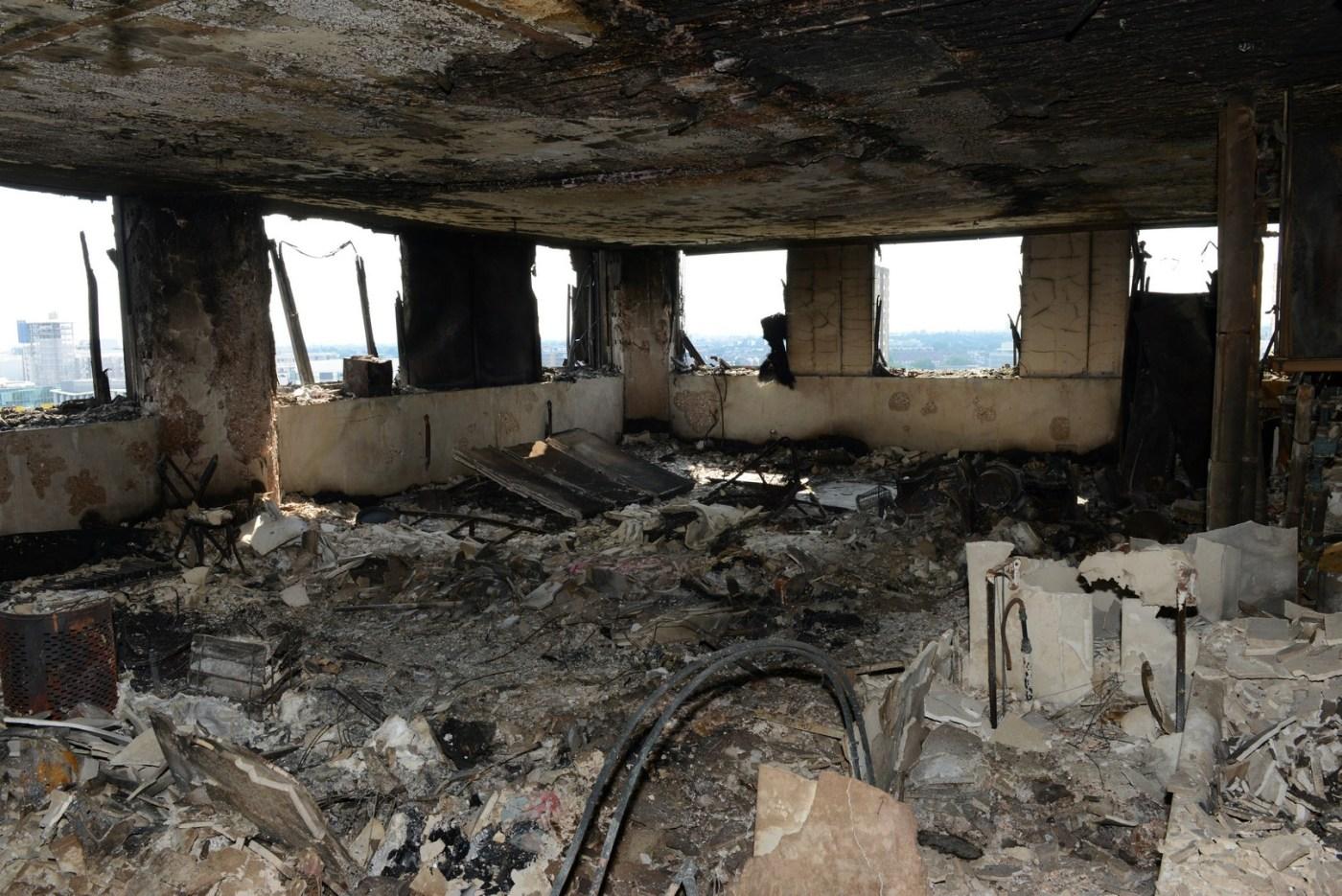 Imagen del interior de uno de los departamentos incendiados en Londres