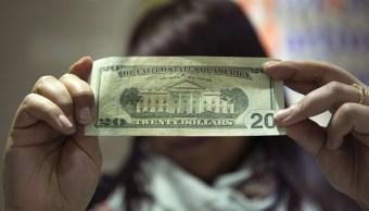 El dólar pierde terreno frente al peso por octava sesión consecutiva