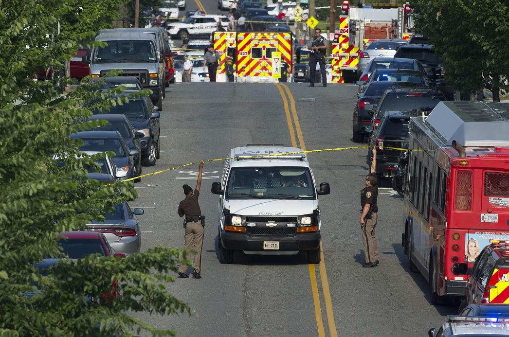 La policía y el personal de emergencia son vistos cerca de la escena en la que Steve Scalise fue herido (AP)