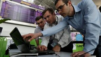 Especialistas en ciberseguridad trabajan para recuperar datos perdidos, asegura el gobierno de Ucrania (Reuters)