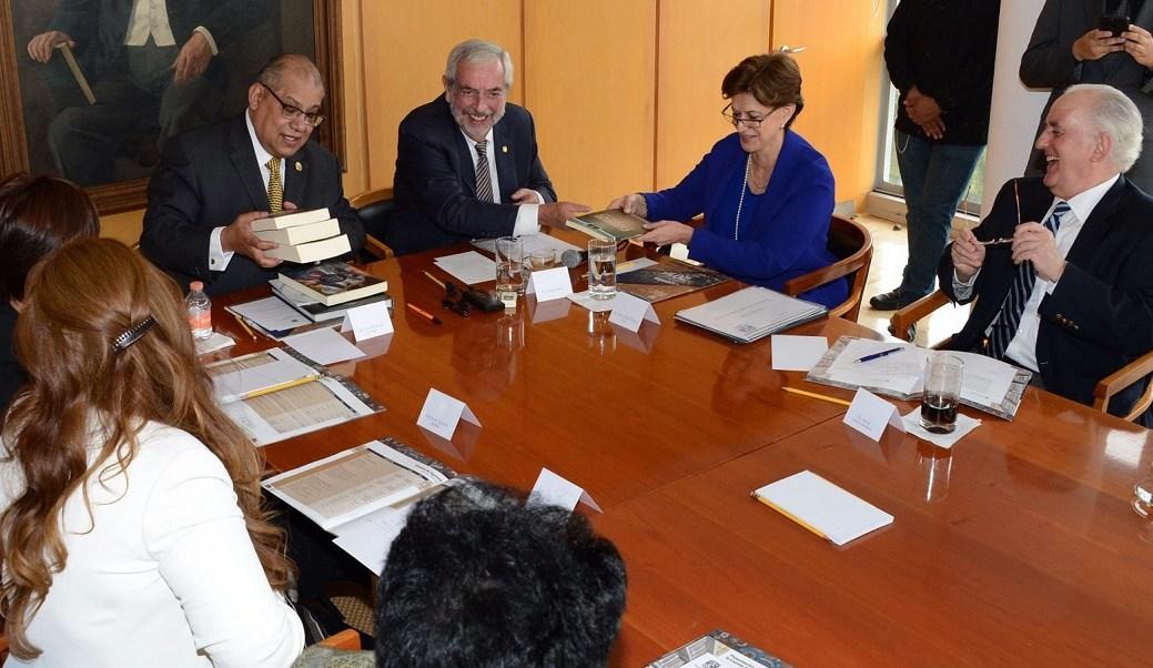 El rector de la UNAM, Enrique Graue, entrega la Cuenta Anual 2016 a la Cámara de Diputados. (Notimex)
