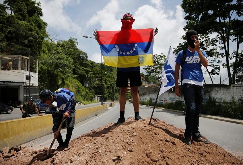 Un manifestante sostiene una bandera durante una protesta contra el gobierno del presidente de Venezuela, Nicolás Maduro (Reuters)