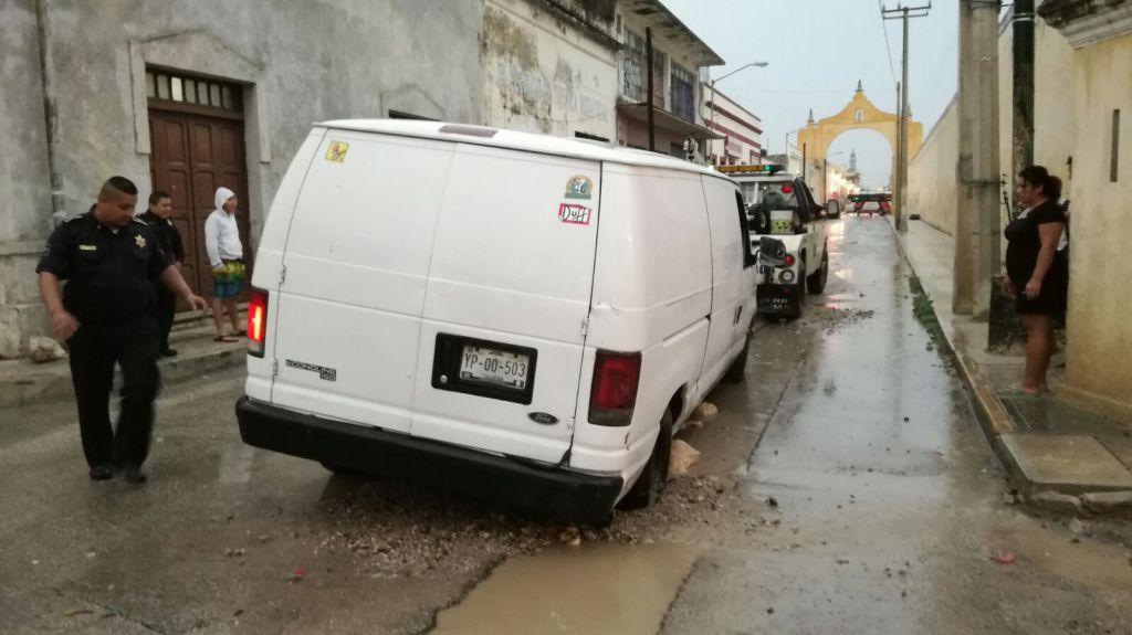 Camioneta cae en zanja en yucatan