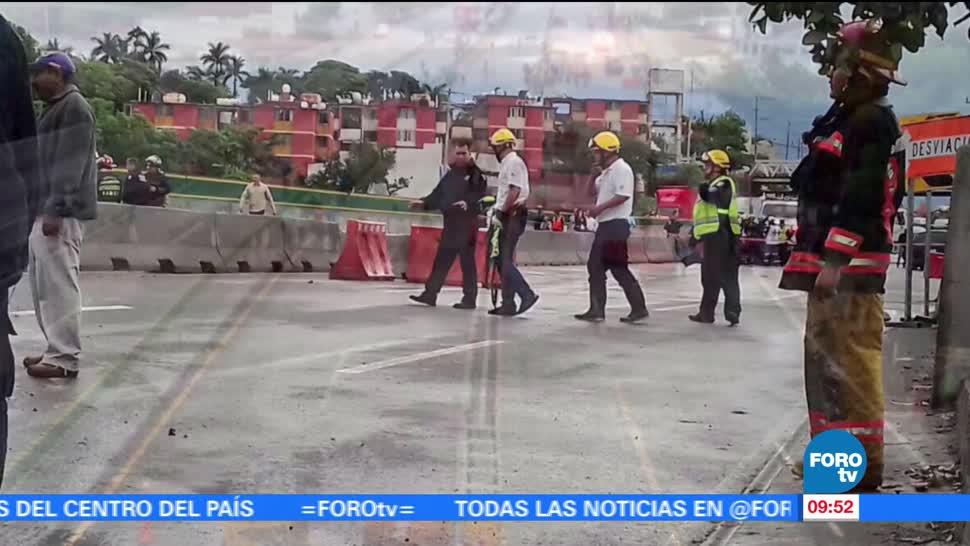 Automóvil, cae en socavón, Paso Exprés, cinco metros