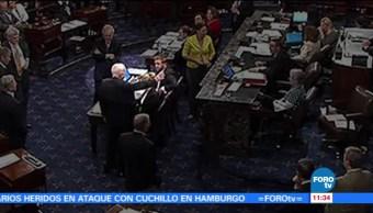 Momento McCain Emite Voto Sobre Obamacare