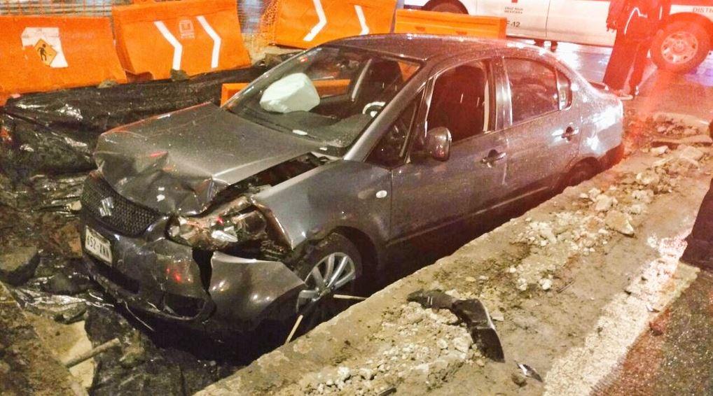 Accidente, auto, zanja, Metrobus, Reforma, Obras