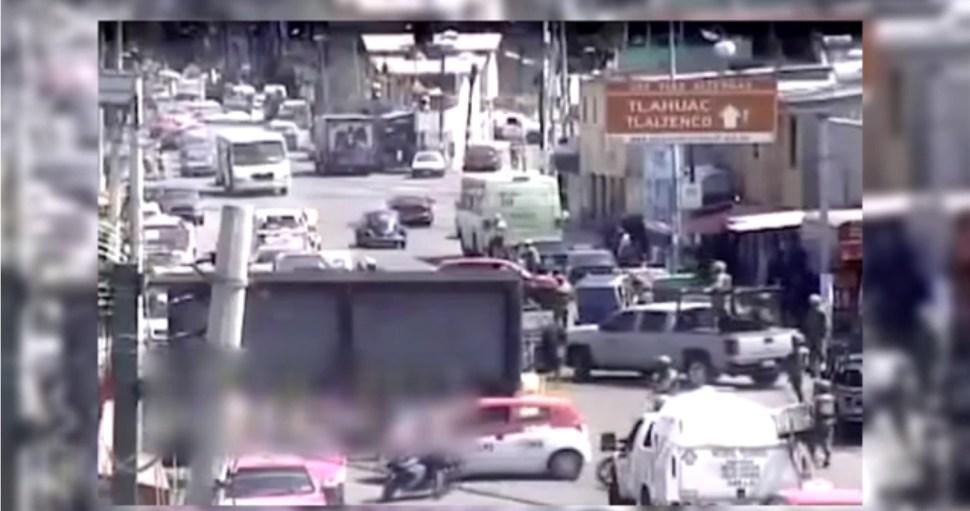 Marinos cierran una calle en la delegación Tláhuac tras enfrentamiento donde murió 'El Ojos'
