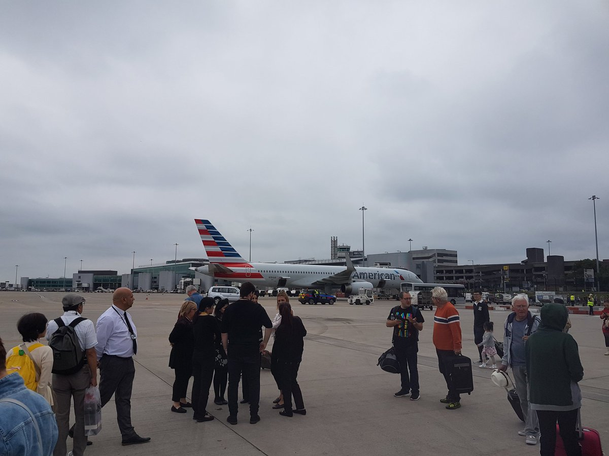 Evacúan aeropuerto de Manchester tras bolsa sospechosa