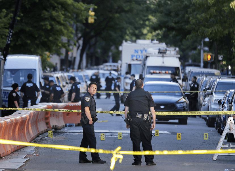 Policias de Nueva York vigilan zona de crimen