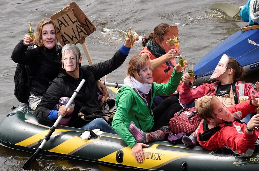 Gente en embarcaciones participa en las protestas antes de la próxima cumbre del G20 en Hamburgo (Reuters)