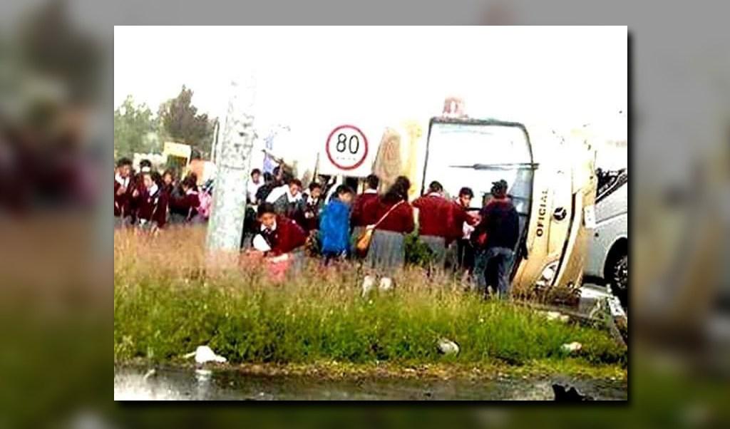 Varios estudiantes resultan lesionados por la volcadura de autobus