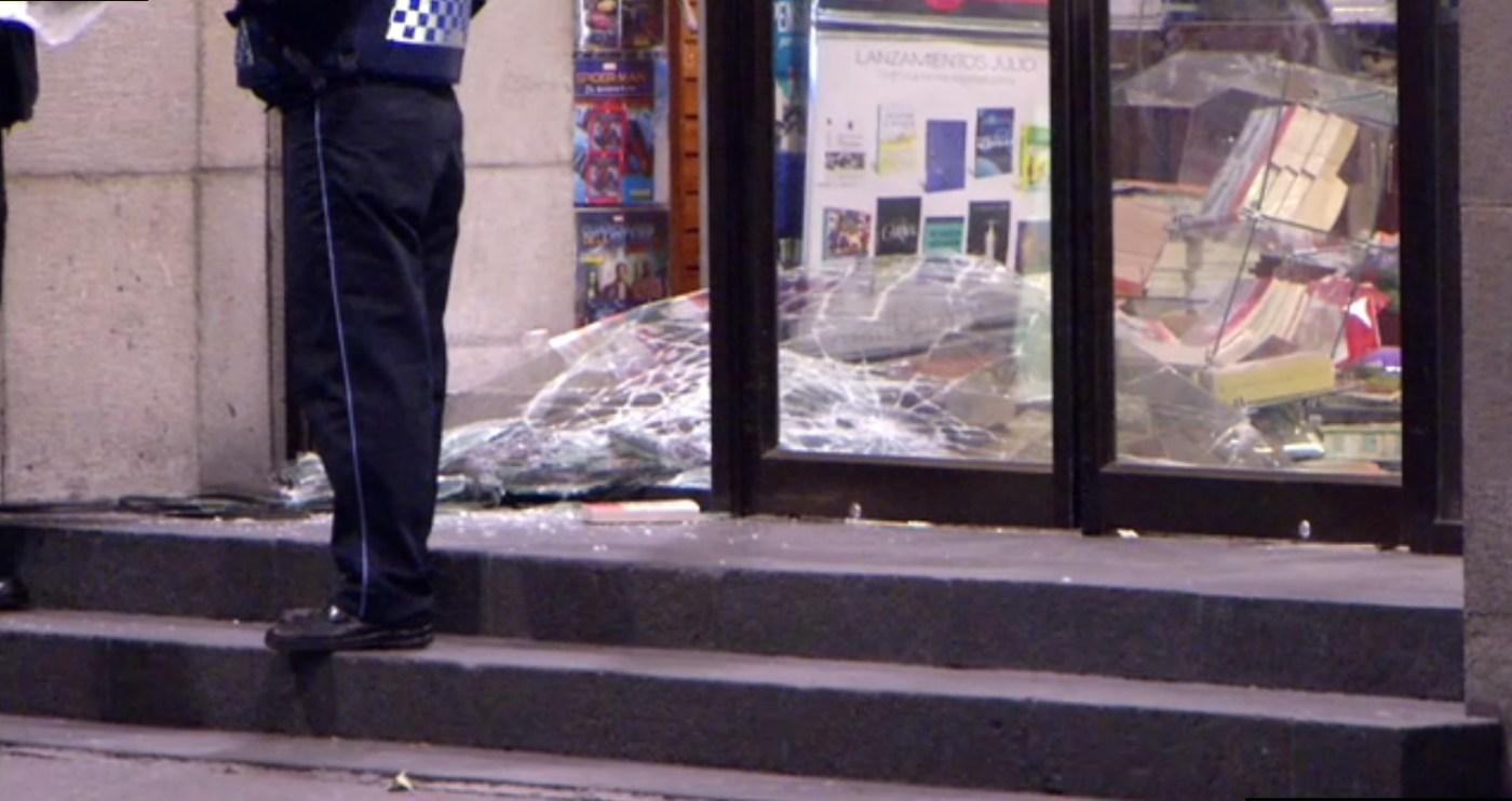 Asaltantes rompen vidrios de un local de celulares en la colonia Doctores