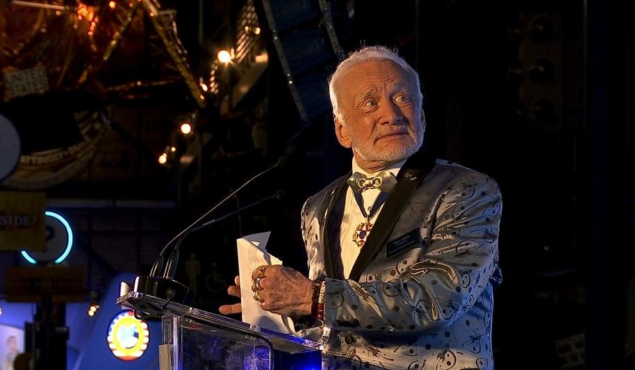 Buzz Aldrin, astronauta del Apolo 11, habla en la conmemoración de la misión de 1969 a la Luna (AP)