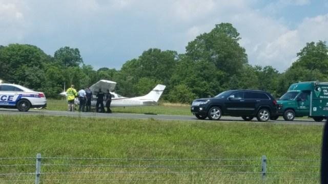 Una aeronave monomotor Cessna 206 aterriza de emergencia en una carretera en Long Island, New York (Twitter: @_katherine)