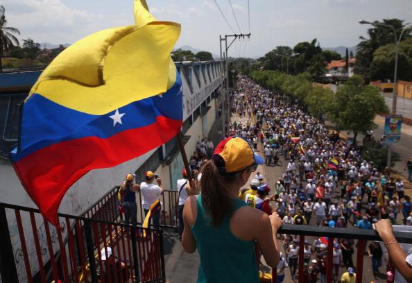 Manifestantes venezolanos protestan contra el Gobierno de Nicolás Maduro