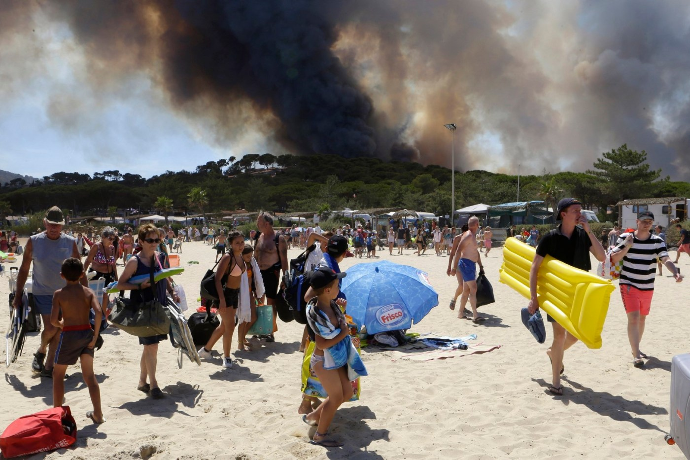 Desalojan playa Le Lavandou por incendio forestal