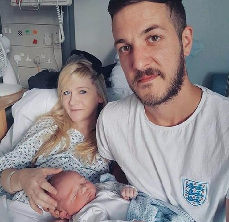 Una imagen de la pareja durmiendo a su hijo en el hospital (Foto: charliesfight.org)