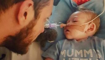 El bebé Charlie Gard con su padre (Foto: Facebook Charlie Gard