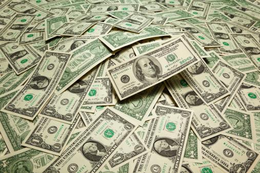 Dólar cierra baja de 9 centavos
