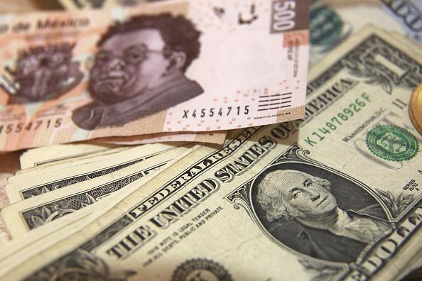Billetes de 500 pesos mexicanos y dólares estadounidenses