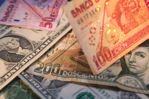 Billetes mexicanos de 50 100 y 200 pesos con dólares estadounidenses