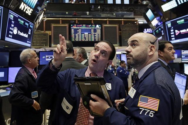 Operadores en la Bolsa de Nueva York trabajan en una jornada corta