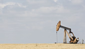 Bomba opera en un campo petrolero