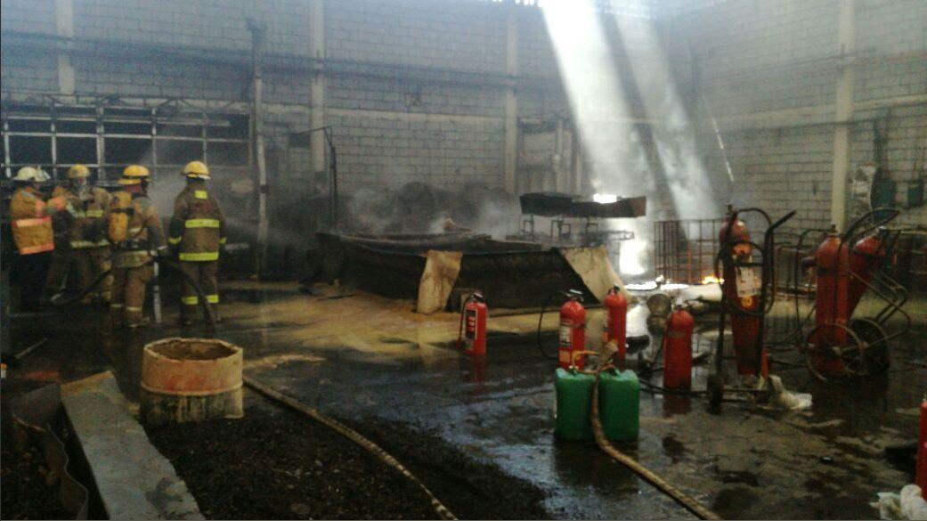 Bomberos controlan un incendio en monterrey