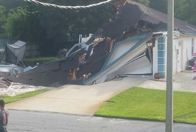 Casa cae en socavón de Lando O'Lakes, Florida