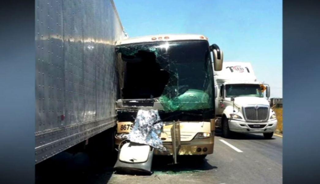 Choque de autobús deja 15 lesionados